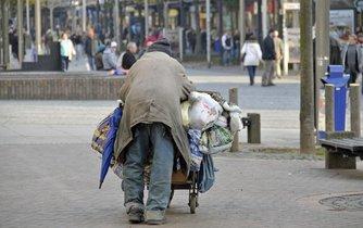Bezdomovec v centru německého Duisburgu