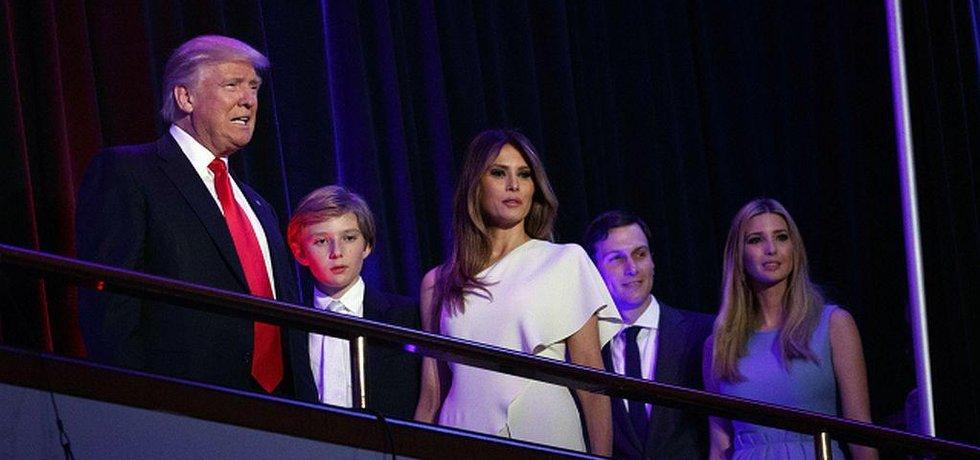 Nový prezident Donald Trump v doprovodu syna Barrona, manželky Melanie, Jareda Kushnera a dcery Ivanky.