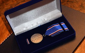 Premiér Bohuslav Sobotka (ČSSD) chce Jiřího Bradyho ocenit medailí Karla Kramáře.