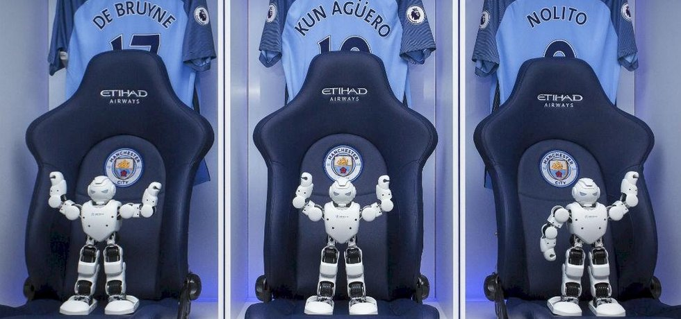 Roboti společnosti Ubtech v šatně fotbalistů Manchesteru City