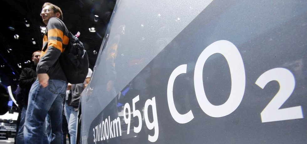 Údaje o emisích napsané na boku naftového vozu Volkswagen Passat na letošním frankfurtském autosalonu