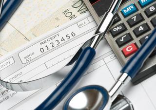 peníze, stetoskop, kalkulačka, recept