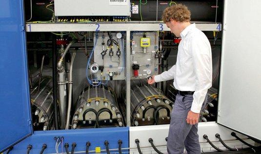 Elektrolyzér. Zařízení v německém Hamburku vyrábí vodík, který je pak využit ve vodíkových palivových článcích.