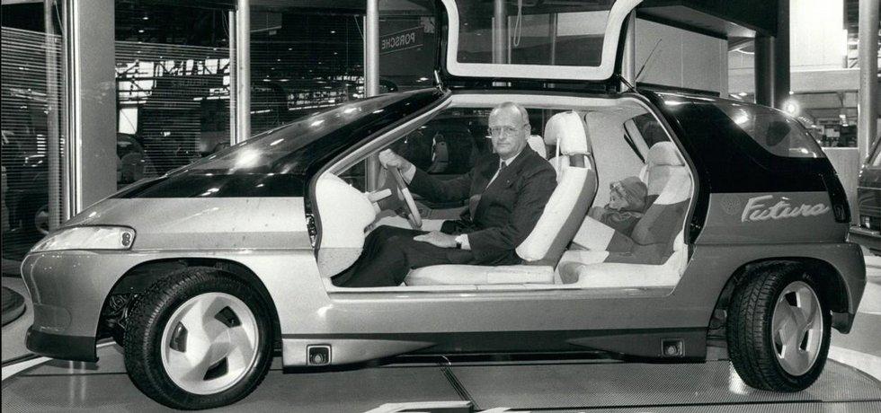 Bývalý šéf koncernu Volkswagen Carl Hahn v konceptu Futuro v roce 1990