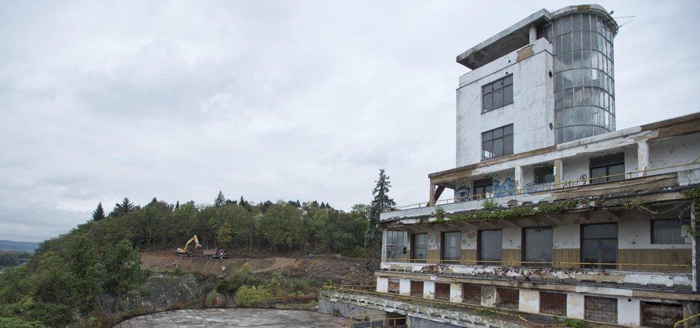 Barandovské terasy v současném zdevastovaném stavu. Naděje, že se funkcionalistický skvost dočká opět života, nyní vzrostla.