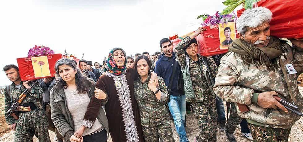 Kurdové se svými spojenci se chystají pohřbít devět mladých žen a mužů, kteří padli ve válce s Islámským státem při obraně města Kobaní.