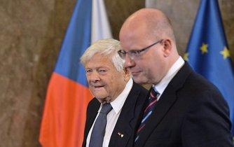 Jiří Brady převzal od premiéra Bohuslava Sobotky pamětní medaili Karla Kramáře