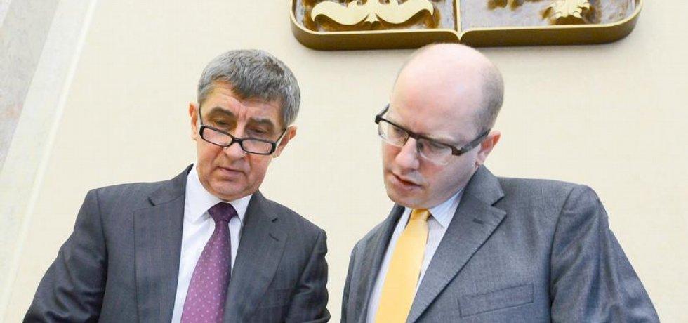 Ministr financí Andrej Babiš (vlevo) a premiér Bohuslav Sobotka