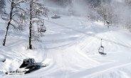 Rolby vytvářejí jednu ze sněhových hor, které mají posloužit jako zásobárna sněhu pro zimní olympiádu v Soči