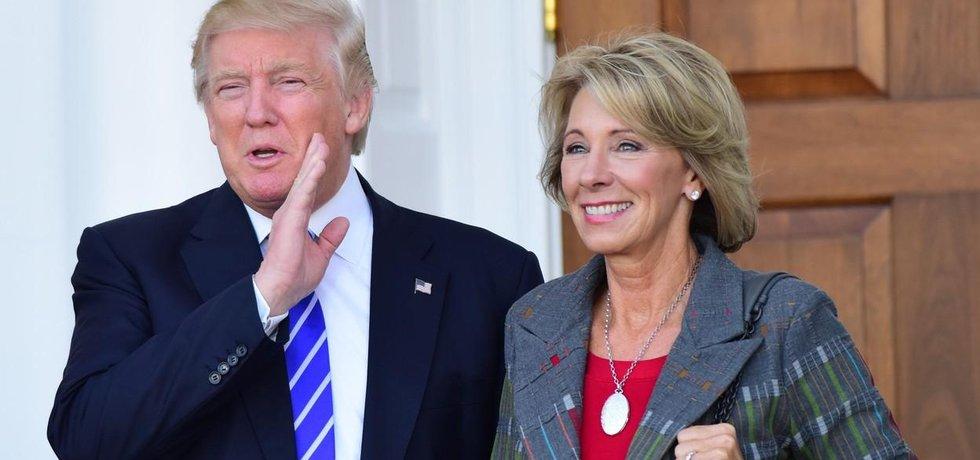 Budoucí americký prezident Donald Trump a kandidátka do jeho vlády Betsy DeVosová