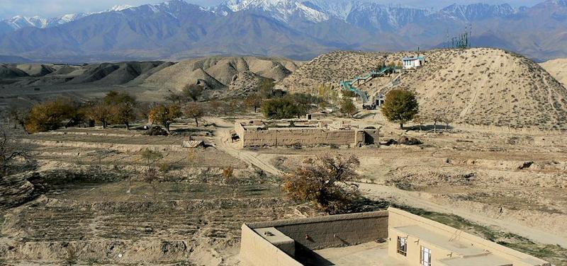 Typický obrázek hornaté krajiny z okolí Kábulu. V pozadí se tyčí masívy pohoří Hindukúš