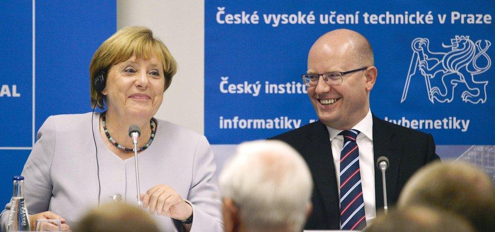 Německá kancléřka Angela Merkelová a český premiér Bohuslav Sobotka na Fakultě architektury ČVUT (Zdroj: ČTK)