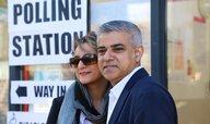 První muslim v čele Londýna: Labourista Khan podle Sky News vyhrál volby