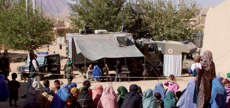 Zdravotníci kontingentu 11. polní nemocnice při jednom z výjezdů do okolí Kábulu v roce 2002