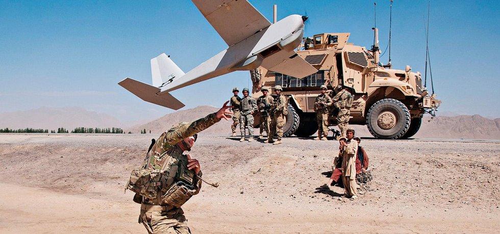 """Nad Afghánistánem denně krouží mnoho dálkově řízených """"dravců"""" jako tento průzkumný dron Puma."""
