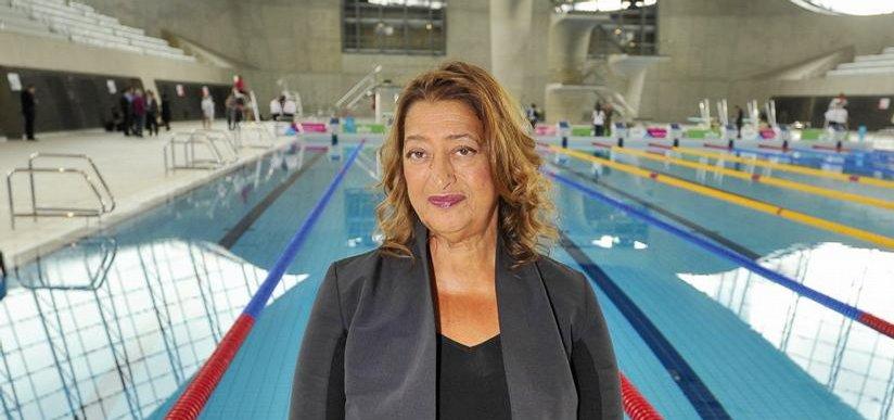 ve svém. Autorka londýnského Centra vodních sportů Zaha Hadidová si nenechala ujít otevření areálu pro veřejnost v roce 2014. O dva roky dříve se v něm konaly soutěže v plavání, skocích do vody a synchronizovaném plavání v rámci letních olympijských her.