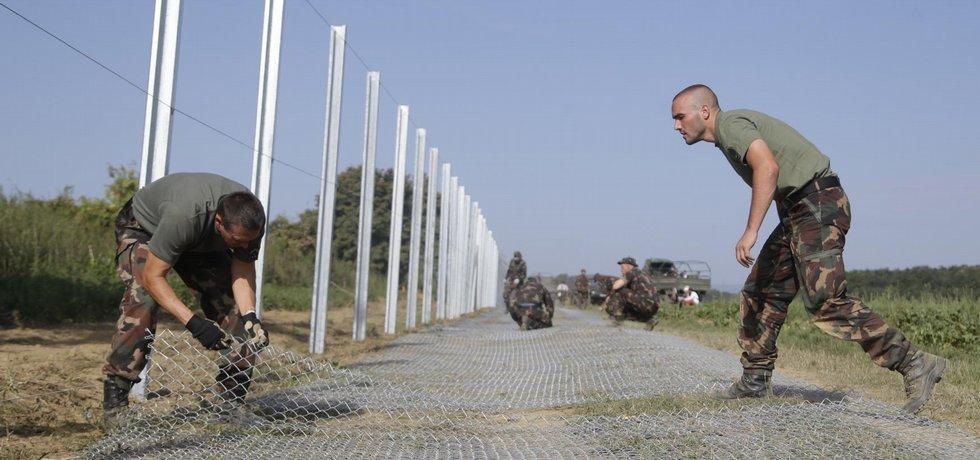Maďarští vojáci dokončují plot (25. září 2015)