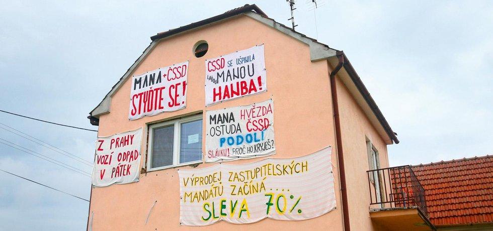 Ve slováckém Podolí míří hesla na prostěradlech proti náměstku ministra životního prostředí Vladimíru Manovi, který je zde zastupitelem.