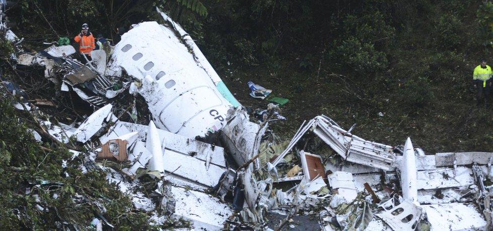 Trosky zříceného letadla s brazilskými fotbalisty poblíž kolumbijského Medellínu.