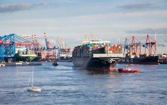 Kontejnerová loď Hanjin Africa vplouvá do terminálu Burchardkai v německém Hamburku. Tu samou loď dříve problémy Hanjjinu uvěznily na měsíce před Suezským průplavem.