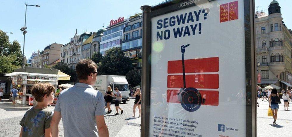 Praha nechala v centru vyvěsit anglicky psané plakáty (na snímku z 8. srpna), které turisty upozorňují na zákaz jízdy na segway. Jezdcům přitom ale zatím postih nehrozí.
