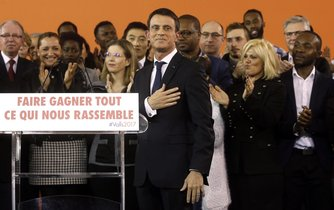 Francouzský premiér Valls oznamuje svou rezignaci a budoucí kandidaturu na prezidenta. Klade si při té příležitosti ruku na srdce.