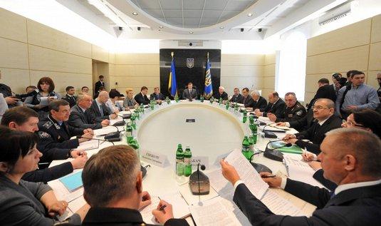 Zasedání krizového štábu v Dněpropetrovsku, ve středu snímku prezident Viktor Janukovič