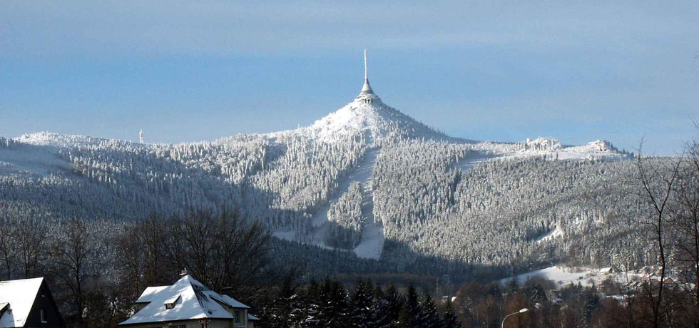 Ještěd za lyžování. Podle plánu by město Liberec získalo zpět slavný vysílač a společnost TMT slevu na dlouhodobý pronájem místního lyžařského areálu.