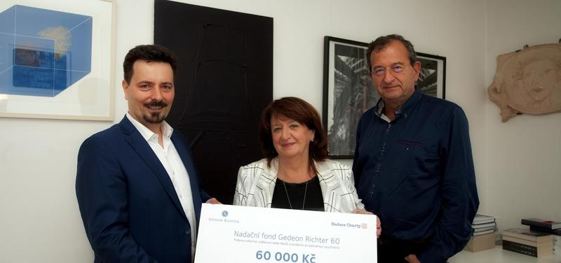 Slavnostní předání symbolického šeku s příspěvkem na letošní rok. Zleva Tomáš Kótka, marketingový ředitel společnosti, paní Božena Jirků a Prof. Cyril Höschl.