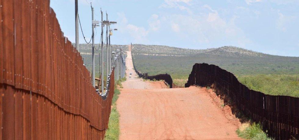 """Železný plot na některých místech hranice mezi USA a Mexikem měla podle Trumpových plánů doplnit """"velká a překrásná"""" betonová zeď."""