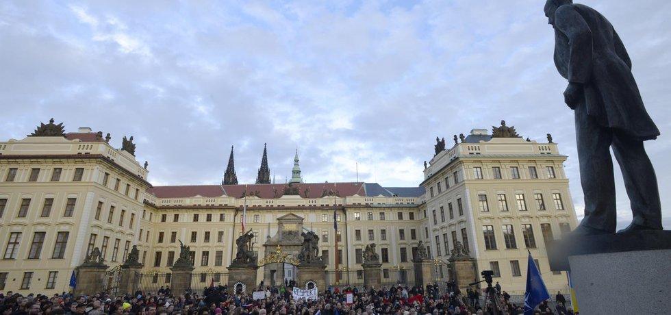 """Shromáždění pod heslem""""Nezapomínáme! Připomínka boje za svobodu, protest proti populismu a politice prezidenta republiky"""" na Hradčanském náměstí v Praze"""