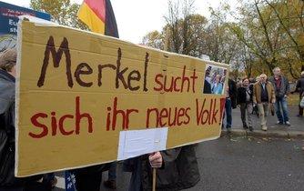 Merkelová hledá svůj nový lid, hlásá transparent příznivců AfD (Alternative fur Deutschland) během demonstrace v Berlíně.
