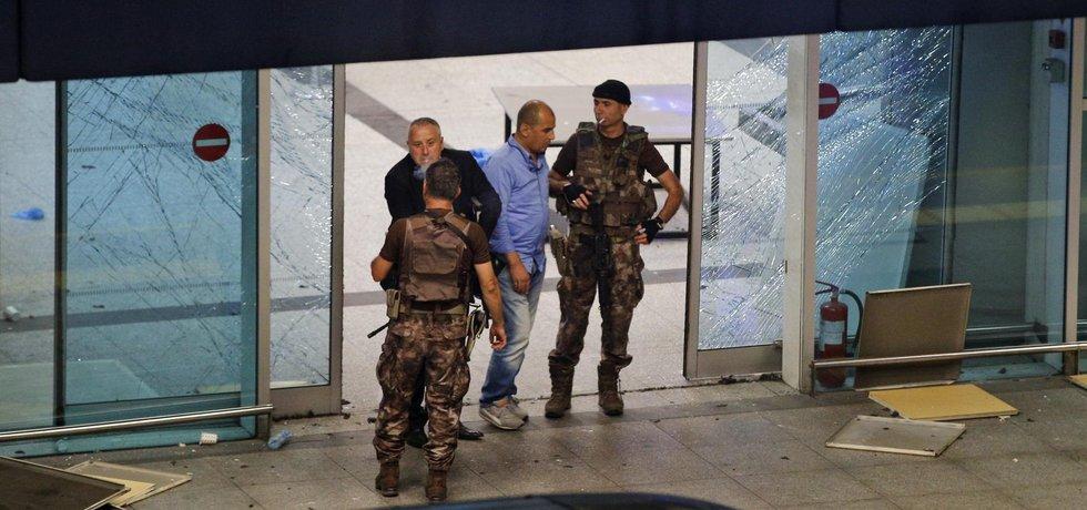 Nejméně deset mrtvých a dvě desítky zraněných si dnes večer vyžádal bombový útok dvou sebevražedných atentátníků na Atatürkově letišti v Istanbulu.