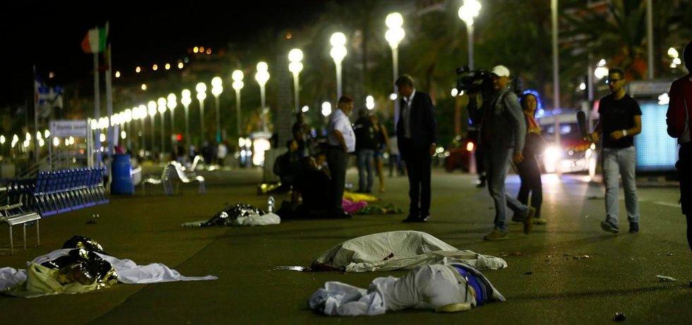 Útočník vjel nákladním vozem do davu lidí na rušné promenádě v jihofrancouzském Nice během oslav pádu Bastilly.
