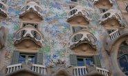 Z třpytivé fasády Casa Batlló tvořené barevnou mozaikou vyčnívají balkony ve tvaru lebek.