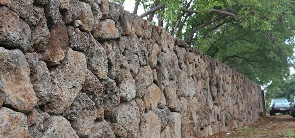 Zeď, kterou Mark Zuckerberg staví kolem své rezidence na Havaji