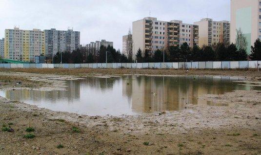Bazén na Chodově byl jedním z předvolebních slibů starosty Prahy 11. Stavba byla zahájena na podzim 2010.