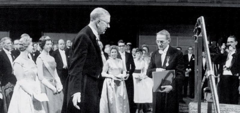 Švédský král Gustav Adolf VI. předává Nobelovu cenu Jaroslavu Heyrovskému ve Stockholmu dne 10. prosince 1959.