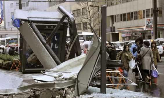 Zničená autobusová zastávka ve městě Sendai