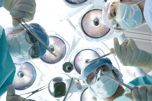 operační sál, operatér, chirurgové, operace