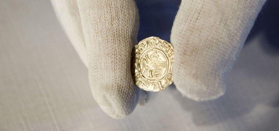 Unikátní nález stovek českých denárových mincí z poslední třetiny 10. století na území Pardubického kraje byl představen 13. ledna v Rytířských sálech pardubického zámku. (Zdroj: čtk)