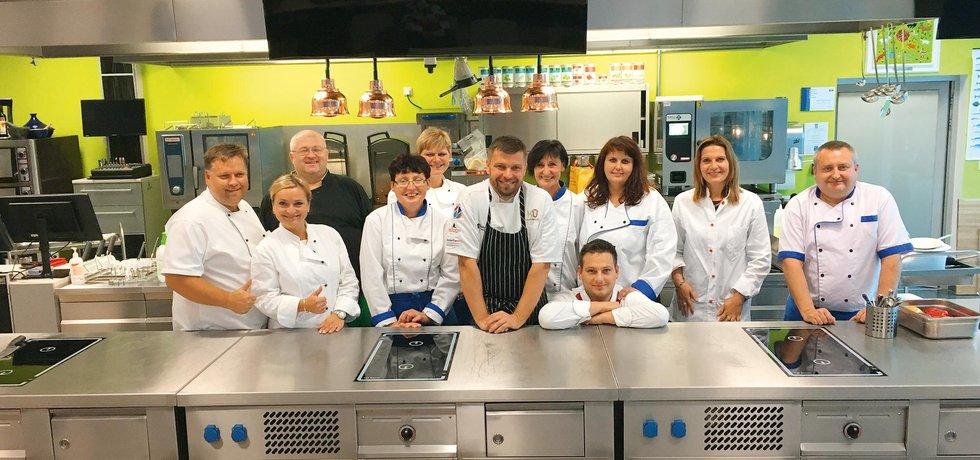 Jiří Roith (uprostřed) chce i české kuchaře naučit vařit.