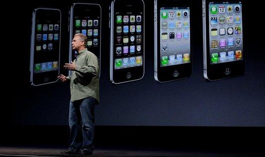Viceprezident Applu Phil Schiller představuje nový iPhone 5 (foto ČTK/AP)
