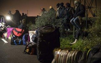 Francie dnes (24. října) začala vyklízet uprchlický tábor v Calais.