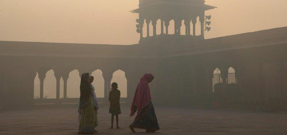 Žena kráčí před mešitou Jama Masjid ve staré čtvrti Dillí