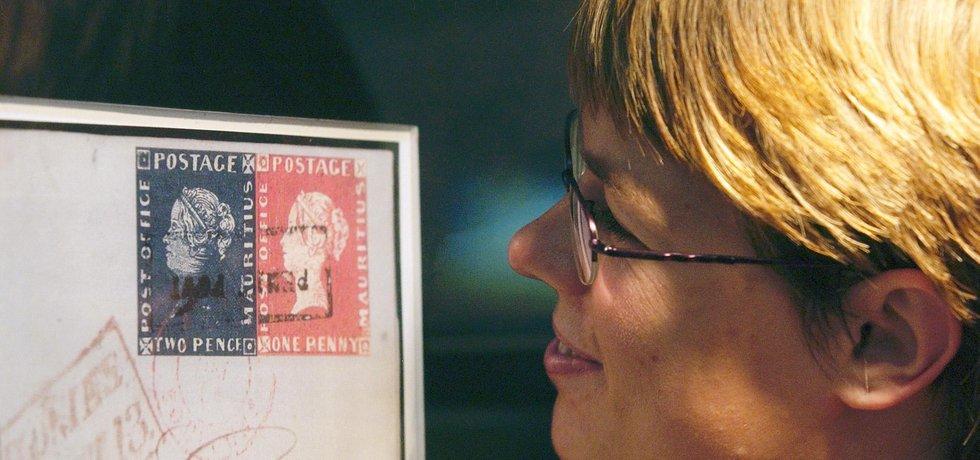Návštěvnice si prohlíží zvětšené faksimile mauriciů na mezinárodním veletrhu Sběratel na pražském Výstavišti (12. září 2003).