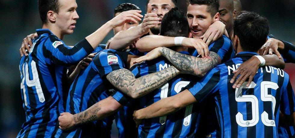 Hráči Interu Milán slaví branku do sítě Neapole