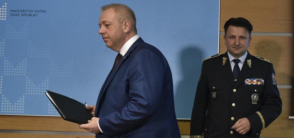 Ministr vnitra Milan Chovanec (vlevo) a policejní prezident Tomáš Tuhý