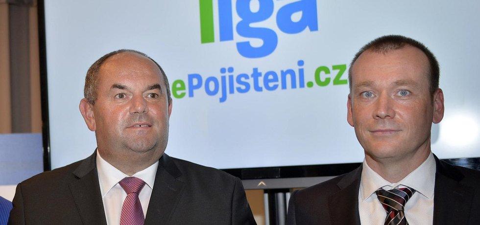 Předseda FAČR Miroslav Pelta (vlevo) a Dušan Šenkypl, ředitel společnosti ePojištění.cz (Zdroj: čtk)