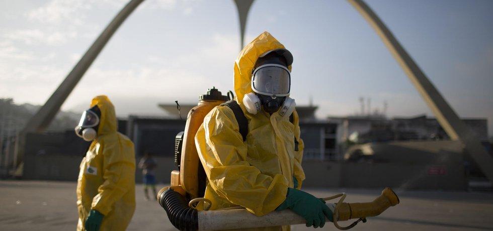 Pracovníci v Riu rozprašují insekticid, který by měl město ochránit od komárů přenášejících vir zika